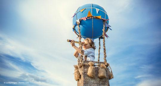 Kind hebt im Heißluftballon ab © LuckyImages – Fotolia.com
