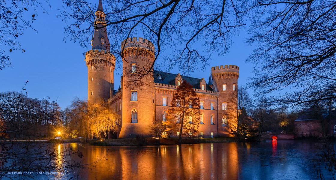 Schloss abends beleuchtet © Frank Ebert – Fotolia.com