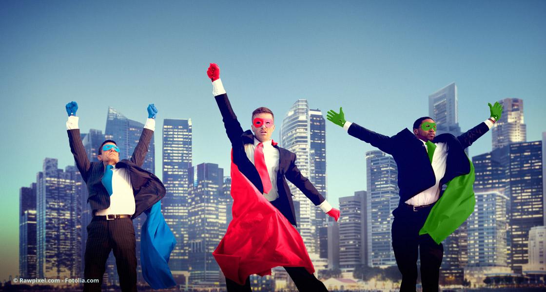 Business-Superhelden posieren im Cape