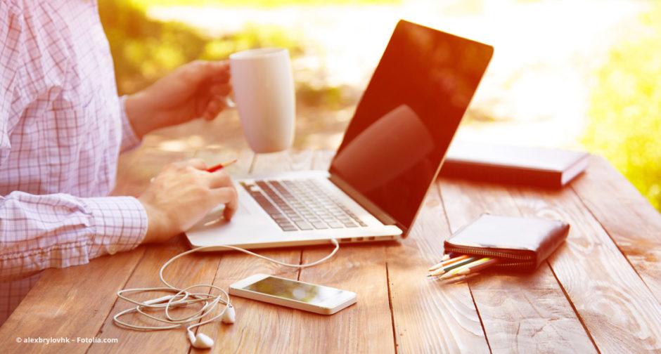 Selbständiger sitzt am Notebook und schreibt einen Blog-Beitrag © alexbrylovhk –Fotolia.com