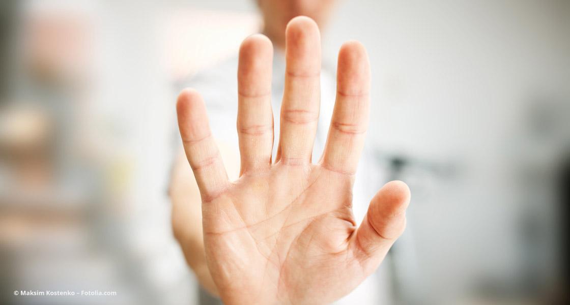 Mann zeigt seine Entscheidung mit der Hand: Nein!