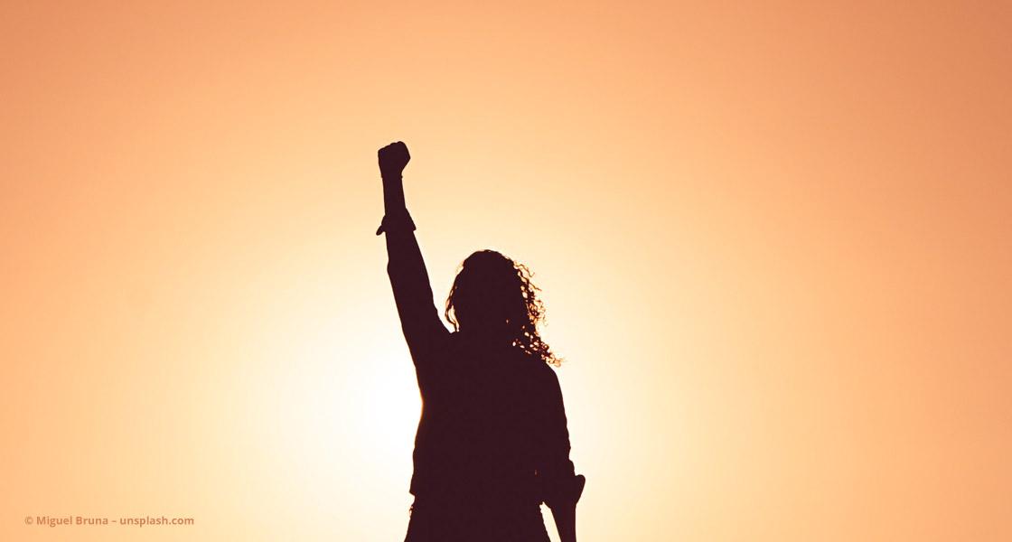 Frau reckt die Faust in den Himmel ©Miguel Bruna – unsplash.com
