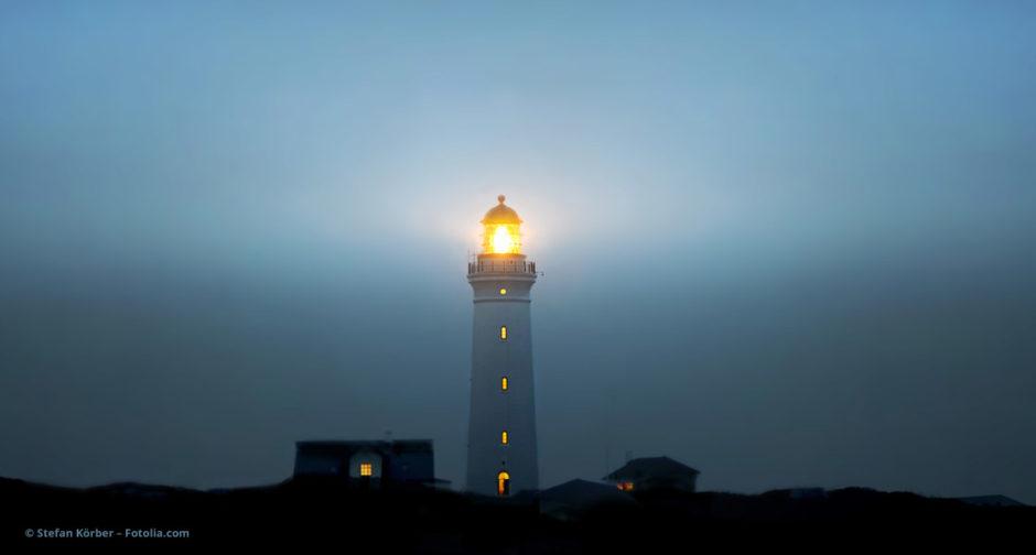 Leuchtturm im Dunkel © Stefan Körber – Fotolia.com
