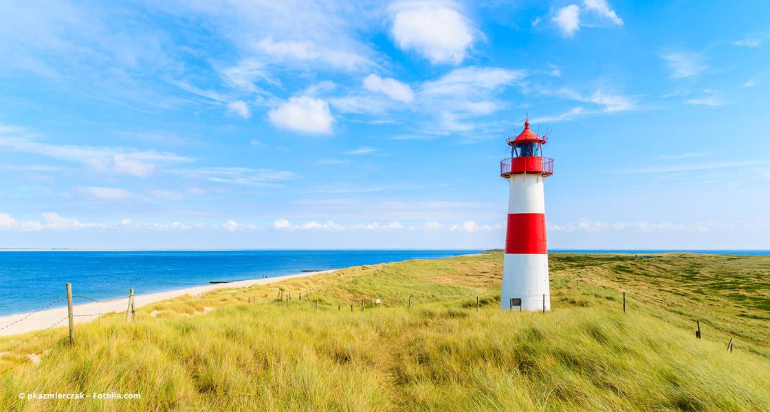 Ein Leuchtturm an der Küste fällt auf