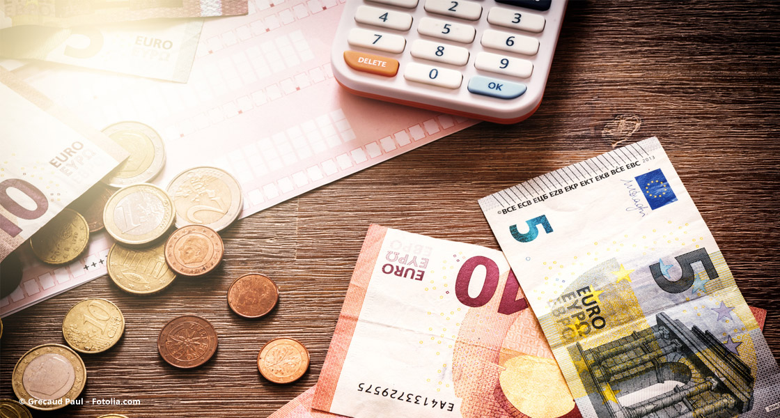 Geld und Taschenrechner liegen auf dem Tisch © Grecaud Paul – Fotolia.com