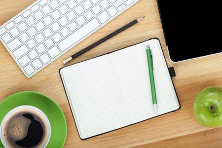 Schreibtisch mit tastatur und Notizbuch