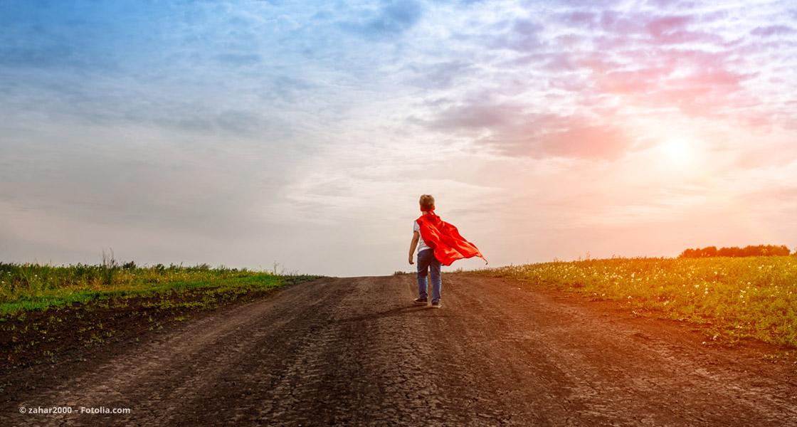 Kind mit rotem Superhelden-Umhang © zahar2000 – Fotolia.com