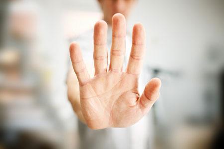 Mann zeigt Stopp mit der Hand