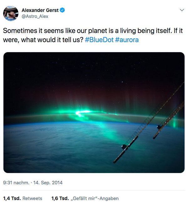Tweet »Sometimes it seems like our planet is a living being itself. If it were, what would it tell us? #BlueDot #aurora« von Alexander Gerst