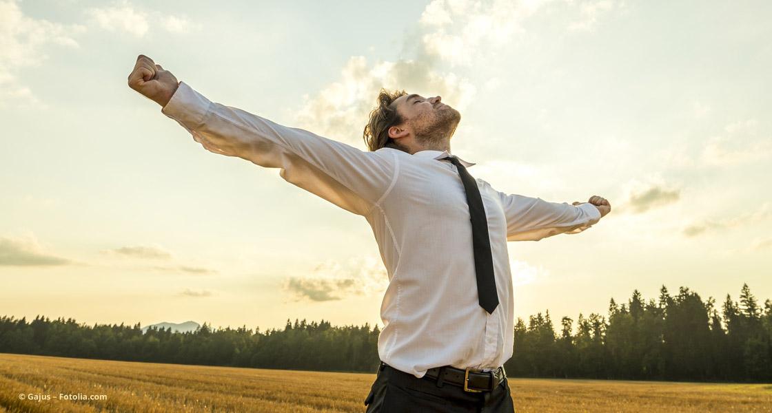 Frei durchatmen! Ein Unternehmer feiert seinen Erfolg