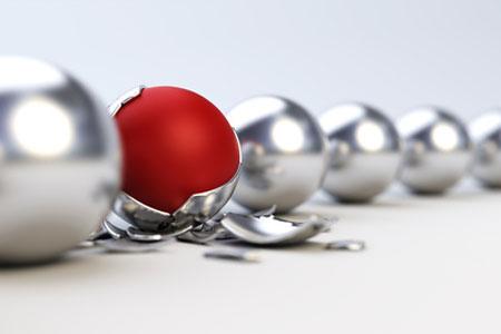 Eine rote Kugel umgeben von silbernen Kugeln