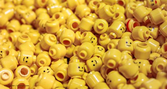 Eine große Menge gelber Lego-Köpfe liegen auf einem Haufen © Jan Huber – unsplash.com