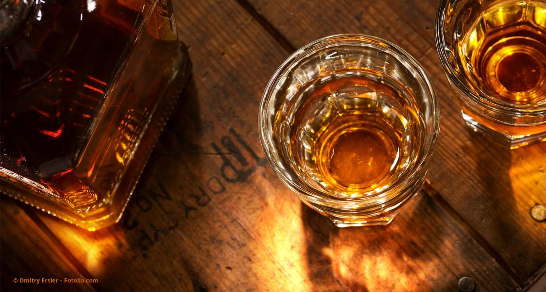 Whiskey-Flasche mit zwei gefüllten Gläsern